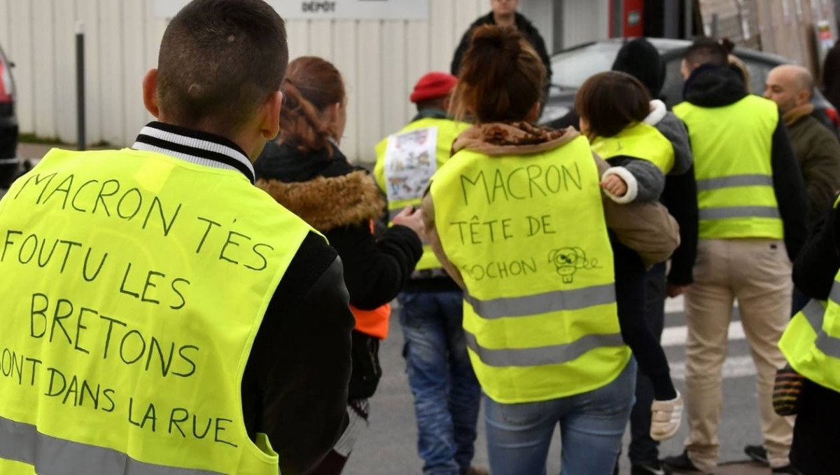 Gilets Jaunes, yellow jackets, fuel tax, Emmanuel Macron, French protests, climate protection measures