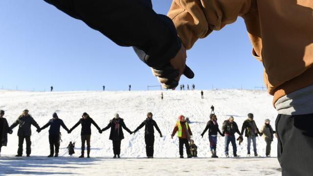 US VETERANS AND NATIVE AMERICANS HOLD HANDS IN PRAYER AND SOLIDARITY ON THE ROAD NEAR OCETI SAKOWIN CAMP ON THE EDGE OF THE STANDING ROCK SIOUX RESERVATION ON DECEMBER 4, 2016 OUTSIDE CANNON BALL, NORTH DAKOTA. (CREDIT: HELEN H. RICHARDSON/THE DENVER POST